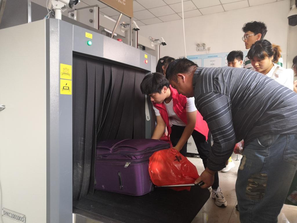 """西安铁路职业技术学院组织学生开展""""向祖国献礼――志愿者在行动""""主题活动"""